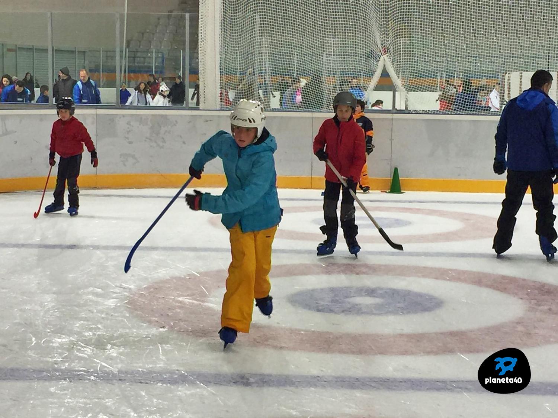 Con niños en la pista de hielo de Jaca
