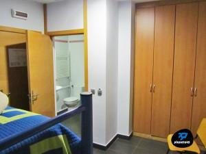 habitación con baño albergue villanúa