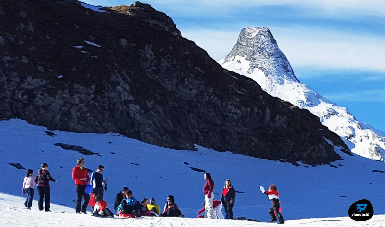 Juegos en la nieve en el Pirineo en Familia